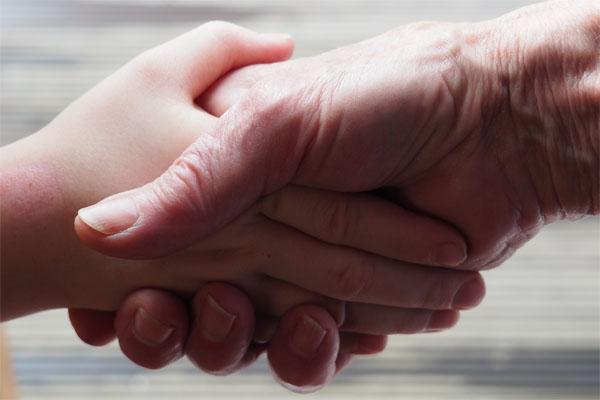 Menschen reichen sich die Hände